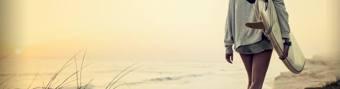 Surfera en la playa